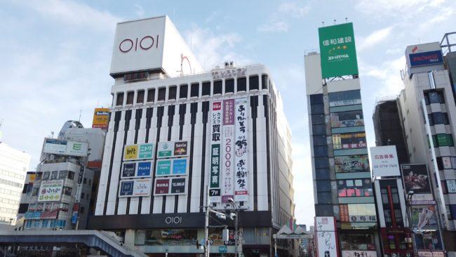 上野マルイ開店35周年の懸垂幕 筆字のものでは最大級18m(ガンダムの全長と同サイズ)